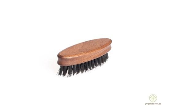 Kefa na bradu a fúzy z orechového dreva