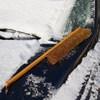 Metla na odmetanie snehu z auta
